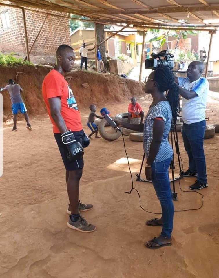 Alex Bwambale laddar upp i Uganda